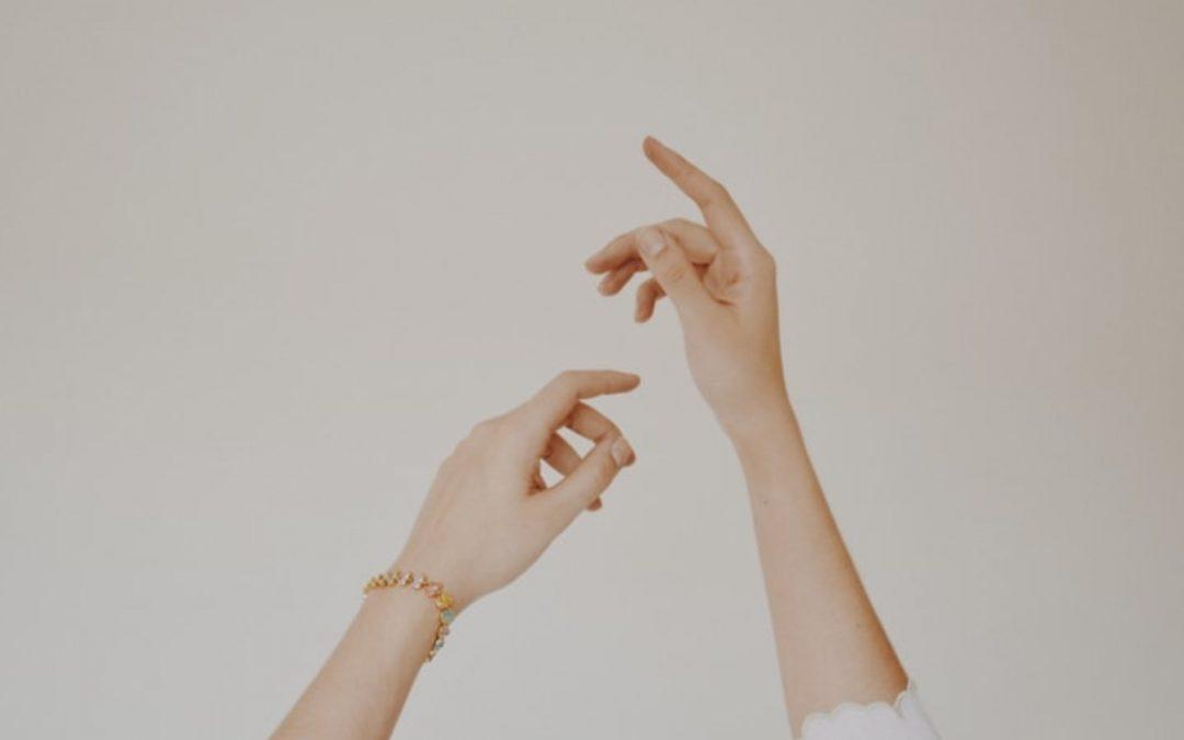 Mâini tinere cu procedura de rejuvenare mâini